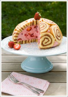 Beautiful Cake Pictures: Strawberry Cake with Rolled up Sponge Cake: Cakes with Fruits.Note: Cake shape would be tiered round or square. Charlotte Au Fruit, Royal Cakes, Beautiful Cake Pictures, Beautiful Cakes, Sweet Recipes, Cake Recipes, Dessert Recipes, Köstliche Desserts, Pudding