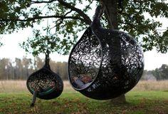 Ekologiczne gniazdo Manu Nest King będzie doskonałym, bezpiecznym miejscem do zabawy, z którego może korzystać nawet kilkoro dzieci. W komfortowym koszu Manu Nest King możemy ułożyć różnokolorowe poduszki lub koc, które upiększą nasze gniazdo i dostarczą jeszcze więcej przyjemności z użytkowania.