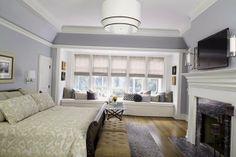 Огромная кровать в голубой спальне