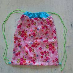 Rugzakje, om cadeau te geven Drawstring Backpack, Om, Backpacks, Bags, Handbags, Drawstring Backpack Tutorial, Taschen, Purse, Purses