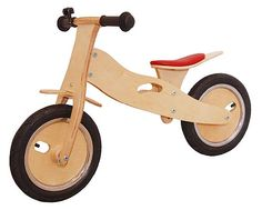 Houten Loopfiets (3-standen: 32-39 cm)  Op deze degelijke houten loopfiets leren kinderen spelenderwijs fietsen en wordt het balanceren gestimuleerd. Een leuk stuk buitenspeelgoed op luchtbanden, met handig Nederlands ventiel voor het oppompen van de band. De zadelhoogte kan worden versteld in drie standen (32-39 cm) waardoor u extra lang plezier heeft van deze fiets. De loopfiets is uitgerust met een fietsbel, rubberen handvaten, een uitsparing om het fietsje op te tillen en een bel.