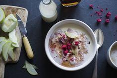 Creamy coconut porridge with apple