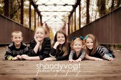 Family Photo by Shandy Vogt Photography - 100 Inspiring Holiday Card Photos Large Family Photos, Family Picture Poses, Family Posing, Family Portraits, Family Pics, Kid Photos, Sibling Photography Poses, Sibling Poses, Children Photography