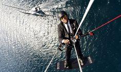 Après avoir marché sur sa quille. Après avoir marché sur son mat. Alex Thomson s'est offert un nouveau délire marketing : s'envoler en kitesurf au-dessus de son IMOCA. Pari réussi et de belle manière.
