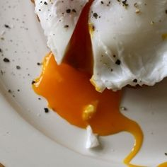 Yummy Supper: Perfect Poached Eggs (Thank You Thomas Keller) Bakery Recipes, Egg Recipes, Brunch Recipes, Paleo Recipes, Breakfast Dishes, Breakfast Recipes, Breakfast Ideas, Perfect Poached Eggs, Eggs