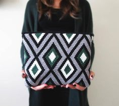 Another tapestry crochet bag finished. Soon the pattern at my etsy shop. Crochet Clutch Pattern, Tapestry Crochet Patterns, Modern Crochet Patterns, Crochet Pouch, Crochet Designs, Pattern Images, Crochet Projects, Crochet Ideas, Indigo