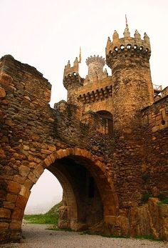 Ponferrada Castle, Galicia, Spain The Templars Castle (Castillo de los Templarios) in Ponferrada, is one of the most spectacular and historical points of interest on The Camino Frances. Vila Medieval, Chateau Medieval, Medieval Castle, Medieval Fantasy, Places Around The World, Oh The Places You'll Go, Places To Visit, Around The Worlds, Beautiful Castles