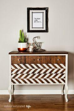 Los muebles antiguos toman protagonismo...... Podemos comprarlas o podemos recuperarlas , con pinturas de colores, estampados , papel ...