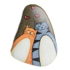 Stone handbeschilderd katten. Achter de rots is er een haak het om op te hangen. Il sasso, beschilderd met aquarellen, is beschikbaar voor bestelling. Let op: de vorm van de rots is niet noodzakelijkerwijs dezelfde als die vertegenwoordigd in de afbeelding. Contacteer mij voor verzending naar landen die niet op de lijst.