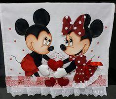 Pano de copa casal apaixonado no Elo7 | Nuza Artes (C5D139) Mickey E Minnie Mouse, Disney Mickey, Mickey Mouse Pictures, Painting Templates, Blue Nose Friends, Disney Kitchen, Bottle Cap Images, Tatty Teddy, Rangoli Designs