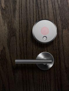 August, é uma trava de portas inteligente, que tem em si um sistema novo de segurança e permissão de acesso.
