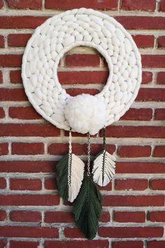 Hermoso atrapasueños pompom, con mezcla de lana de oveja y algodón. Dale un toque diferente a tu estancia favorita! Una pieza perfecta para cualquier pared. Hecha a mano con lana merino.