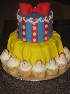 Snow White & the 7 Dwarfs! So beautiful! Great cake for a little girls birthday!