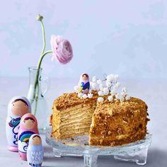 Venäläinen monikerroksinen hunajakakku on upea ilmestys. Kakku on makea, mutta omena- ja sitruunamehu taittavat liian makeuden sopivasti. No Bake Cake, Sweets, Sugar, Baking, Desserts, Food, Tailgate Desserts, Deserts, Gummi Candy