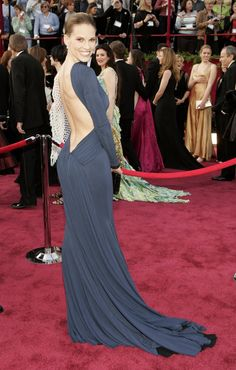 Pin for Later: And the Oscar Goes to. . . les 37 Meilleures Robes Jamais Vues aux Academy Awards Hilary Swank, 2005 Portant une robe signée Guy Laroche.