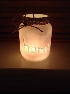 Een glazen pot, met een lijmpistool erop schrijven, over spuiten met witte verf (1 keer spuiten) aan de bovenkant sisal touw. Waxinelichtje erin en klaar!