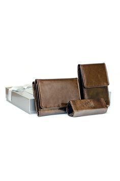 Ekskluzywny komplet wykonany z wysokiej jakości skóry naturalnej. Komplet składa się z portfela, etui na dokumenty oraz etui na pomadkę  zapakowanych  w eleganckie pudełko wyłożone welurem.