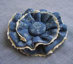 Цветок-брошь из тонкой джинсовой ткани с круглой сердцевинкой