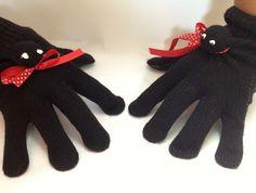 Crianças adoram fantoches e dedoches. Que tal fazer um para embalar as brincadeiras? É super simples! Você vai precisar de: Uma ou mais luvas; Um...