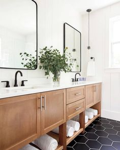 White walls, black hex tile, and a natural wood vanity is a classic combination that can't be beat! ​Design by @lillytaylorinteriors. ​Photo by @rubyandpeachphoto. Black And White Tiles Bathroom, Bathroom Remodel Master, Dark Floor Bathroom, Black Faucet, Wood Bathroom Vanity, Black Bathroom Floor, Honeycomb Tile, Bathroom Design, Wood Bathroom