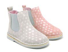 Tienda online de calzado infantil Okaaspain. Diseño y Calidad al mejor precio fabricado en España. Botín con elástico en piel serraje con estampado con destellos para niños y niñas. Envíos gratis en 24,48 horas laborables gratis.