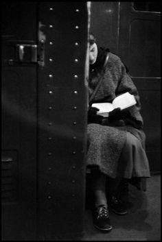A woman reading on the subway, Photo: Inge Morath. ©The Inge Morath Foundation / Magnum Photos. People Reading, Woman Reading, I Love Books, Good Books, Books To Read, Vintage Photography, Street Photography, Inge Morath, Groucho Marx