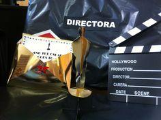 """Detalle de la silla de """"Directora"""". Claqueta, estatuilla Oscar y sobre."""