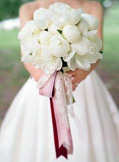 Букет невесты. Белые пионы. Фото: Максим Колибердин