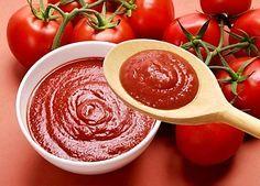 Další varianta přípravy domácího kečupu z rajčat, paprik, cibule, cukru, octa a koření. Podle tohoto receptu vám po sterilaci vydrží kečup velmi dlouho.