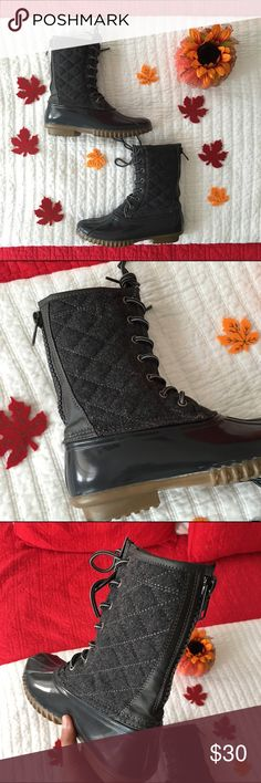 gray quilted duck boots 🍂 only used twice! in mint condition. The quilted pattern on these adds on to any outfit! Great for fall and winter season and great for rain! 🍂 Steve Madden Shoes Winter & Rain Boots