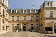 Hôtel Chanac de Pompadour ou Hôtel de Besenval (1705) 142, rue de Grenelle Paris 75007. Architecte : Pierre-Alexis Delamair.
