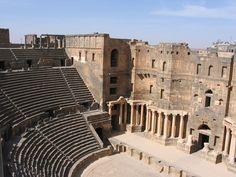 O teatro romano de Bosra é uma edificação comum por todo o território do Império romano, um exemplo da romanização, a exportação da cultura de Roma para as províncias anexadas. A cidade de Bosra foi conquistada pelos romanos e transformada na capital da província da Arábia Pétrea.