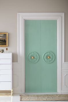 Closet doors are essential, however often ignored when it involves space decoration. Develop a new look for your room with these closet door ideas. It is necessary to develop distinct closet door ideas to beautify your residence style. Diy Closet Doors, Wardrobe Doors, Closet Door Curtains, Closet Door Makeover, Porta Diy, Little Green Notebook, Simple Closet, Clever Closet, Ceiling Medallions