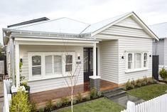 Bungalow Exterior With Garage - - Pisos Exterior Moradia - Modern Exterior Ideas Bungalow Exterior, Cottage Exterior, House Paint Exterior, Exterior House Colors, Exterior Design, Building Exterior, Modern Exterior, Weatherboard Exterior, Stucco Exterior