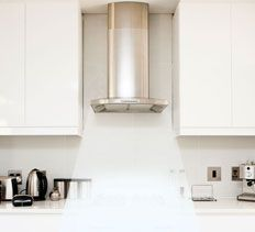Modern range hoods offer a wide variety of options in terms of style, function and capacity. Here's what you need to know when selecting the right model for your kitchen.