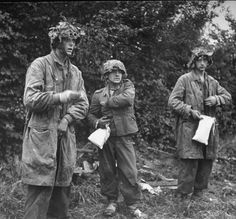 Captured german soldiers of the Luftwaffe Felddivision and german paratroopers from Fallschirmjäger Regiment near Caen Ww2 German, German Soldiers Ww2, German Army, Luftwaffe, Paratrooper, Narvik, Military Units, Military History, D Day Photos