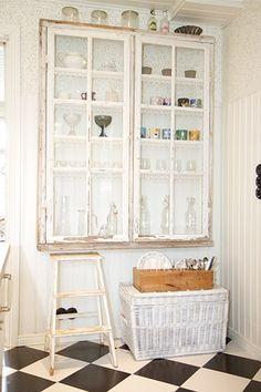 vitrinskåp gjort av gammalt fönster