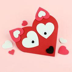 Kettukortti on tehty softissydänten avulla sydämen muotoiseen korttipohjaan! Valentine's Day Crafts For Kids, Valentine Crafts For Kids, Diy For Kids, Valentines Day, Paper Hand Craft, Paper Crafts, 21st Birthday Decorations, Heart Projects, Valentine Greeting Cards