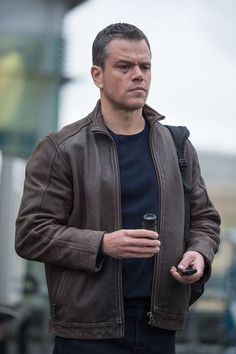 Boost your personality and style with this Matt Damon Jason Bourne Leather Jacket made of high quality Genuine leather in distressed brown color. Shop now! Matt Damon Jason Bourne, Bourne Movies, Iconic Movie Characters, The Bourne Identity, Distressed Leather Jacket, Outfits Hombre, Tommy Lee, Jason Statham, Ben Affleck