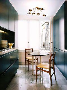 Cozinha com mesa, cadeira e luminária retrô