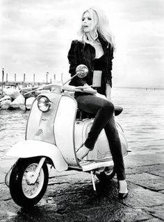Claudia Schiffer surgiu no mundo da moda nos anos 1980. Durante a década de 1990, foi consagrada como supermodel após estrelar campanhas para a Guess. Hoje, aos 42 anos, Claudia ainda é requisitada para campanhas de grifes relevantes, como Chanel, Louis Vuitton, Yves Saint Laurent e Salvatore Ferragamo Foto: Reprodução