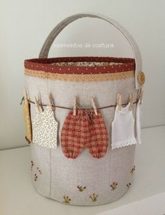DIY Storage Bucket for Clothespins Quilted Gifts, Quilted Bag, Fabric Bins, Fabric Scraps, Sewing Crafts, Sewing Projects, Clothespin Bag, Peg Bag, Sewing Baskets