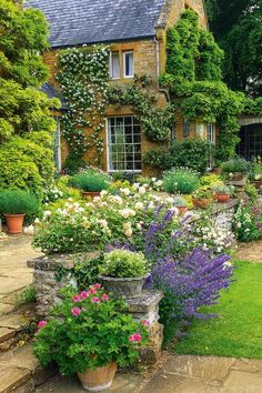 Cottage Garden Ideas to Create Perfect Spot A cottage garden's greatest appeal is that it seems to lack any conscious design. But even a cottage garden needs to be controlled. Some of the most successful cottage gardens start with a… Continue Reading → Cottage Garden Design, Flower Garden Design, Backyard Cottage, English Garden Design, English Flower Garden, English Landscape Garden, Flowers In Garden, Floral Flowers, Small English Garden