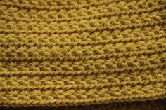 Cuello de lana a ganchillo en color mostaza a punto estrella.