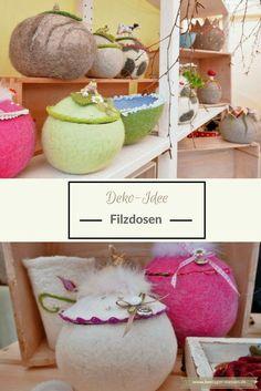 Dekoidee: Diese Dosen aus Filz sind praktisch und dekorativ. Als Möglichkeit zur Aufbewahrung oder einfach nur als Deko. Mit Schleife, Frosch und Hase sind sie ein schöner Hingucker in eurem Wohnzimmer, Esszimmer, Kinderzimmer oder Schlafzimmer. Ganz weich und in verschiedenen Farben: Rosa, grün, hellgrün, weiß. Mit Deckel, um eure Utensilien zu verstauen. Auch als DIY. Beim Filzkurs könnt ihr selbst mit Filz basteln.