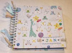 Aquí tenéis el primer álbum a un recién nacido que hago. Estuve a punto de hacerlo conun formatopara las mejores fotos del primer añ... Album Scrapbook, Decoupage, Lily, Notebook, Invitations, Paper, Baby Things, Google, Ideas