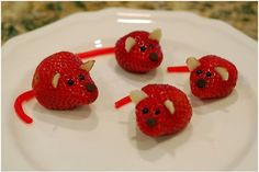 Тези прекрасни мишчици създадени от ягоди ще накарат вашите деца да се хранят здравословно, в който и да е момент през целият ден. Много са лесни за приготвяне, тъй като съставките са сурови.