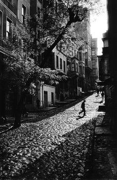 Ara Güler- Tarlabaşı'nda bir sokak, 1965