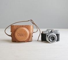 caso de cuero y cámara de espía corona miniatura por ohalbatross