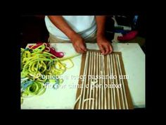 http:& Aproveite blusas velhas de malha ou retalhos, para fazer tapetes e almofadas. Subtitles: MATERIAL: - Pieces of cotton or t-shirts used - First timber chassis - Small nails - Sewing thread, needle and pins - Scissors sma Tshirt Garn, How To Make Purses, Diy Cutting Board, T Shirt Diy, Diy Accessories, Personalized T Shirts, Handicraft, Custom T, Creative Design